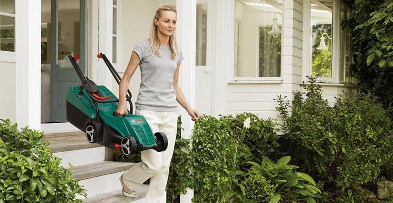 Tondre un petit jardin avec la tondeuse à gazon ARM32 Bosch