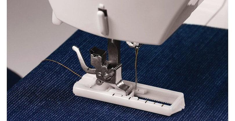 repriser un jean avec une machine à coudre