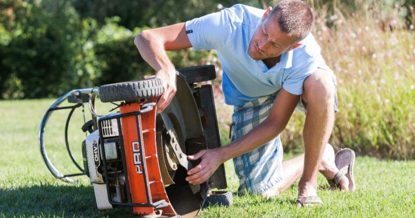 comment et pourquoi nettoyer le plateau de votre tondeuse à gazon